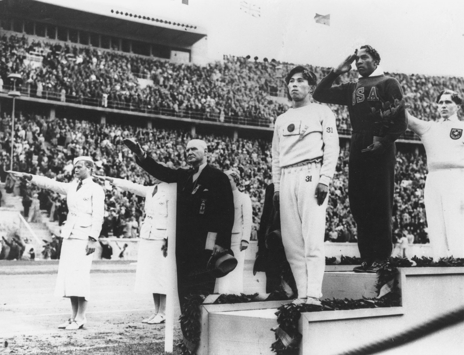 Jesse-Owens-podium-winners-gold-medal-1936-1936