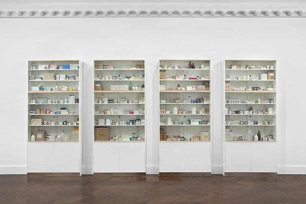 damien-hirst-medicin-cabinet-show-3